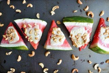 Gebakken Watermeloen met Mozzarella en Noten