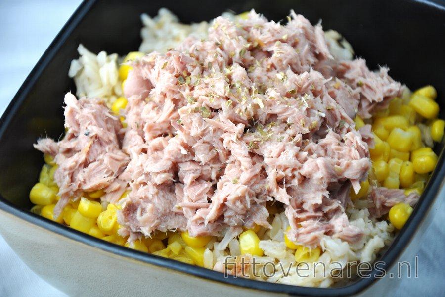 Gezonde rijst met tonijn en maïs