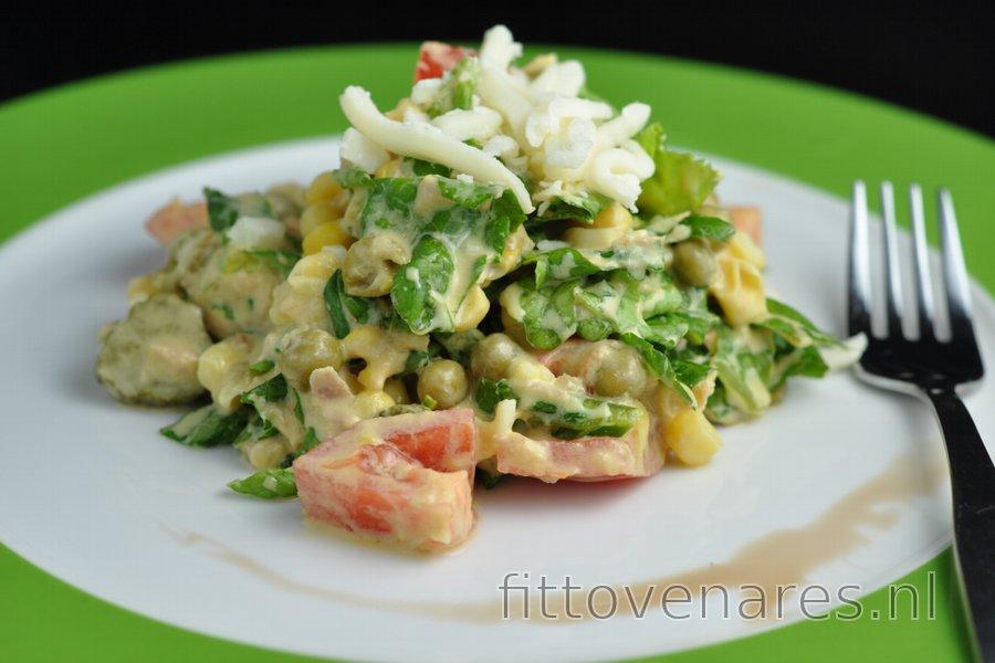 Gezonde salade met tonijn, erwtjes en kaas