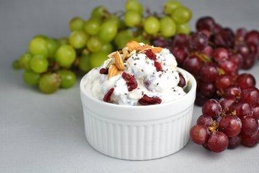 Lichte salade met druiven en zure room