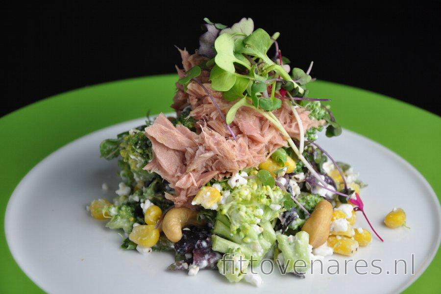 Gezonde broccolisalade met kwark, tonijn en maïs