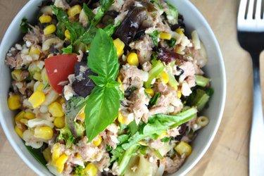 Gezonde pastasalade met groentes en tonijn