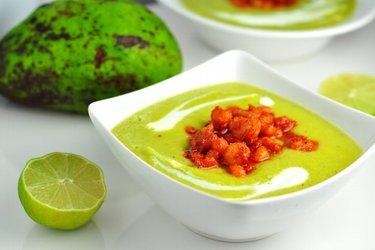 Koude avocadosoep met pittige garnalen