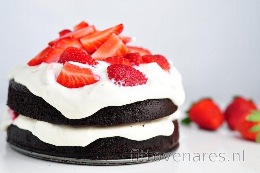 Gezonde cacaocake met aardbeien-kwarkroom, zonder meel