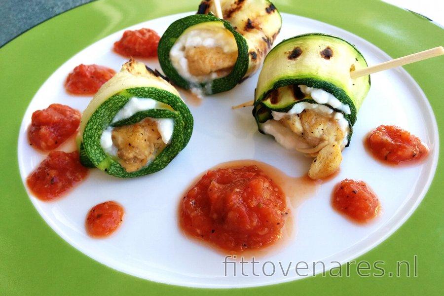 Kip-Courgette Rolletjes met Hüttenkäse en Tomatensaus