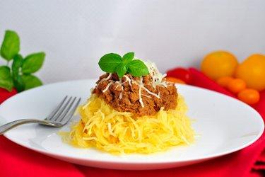 """Pompoenspaghetti"" met kalkoengehakt in tomatensaus"