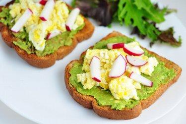 Gezonde toasts met avocado, roerei en radijs