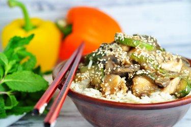 Gezonde kipfilet met courgette, champignons en sesamzaadjes