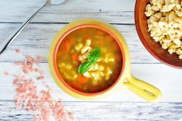Gezonde soep met wortels, erwten en gnocchi van kikkererwten