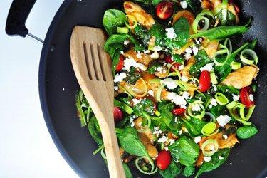 Kippendijen met spinazie en prei in tomatensaus
