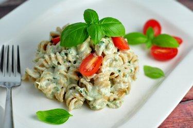 Lichte pasta met romige basilicumsaus (weinig calorieën, weinig vet)