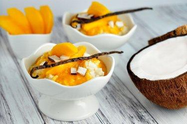 Gezonde vanillemelk-rijstepap met mango