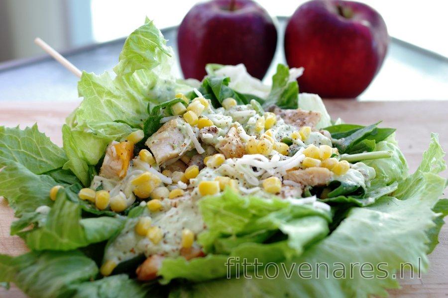 Lichte Kipsandwich in een Salade met Avocadodressing
