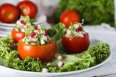Tonijn-Ei Salade Geserveerd in een Tomaat