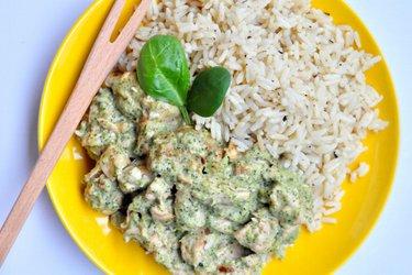Gezonde kipsaté met een saus van broccoli en blauwe kaas