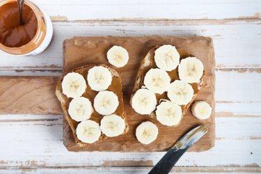 Volkoren toast met banaan en pindakaas