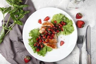 Makkelijke gegrilde kipfilets met basilicum en aardbeien