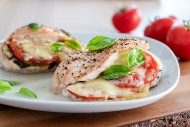 """Geroosterde kipfilets """"Caprese"""" met tomaten, basilicum en mozzarella"""
