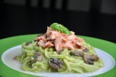 "Courgette ""Spaghetti"" met Zalm en Romige Avocadosaus"